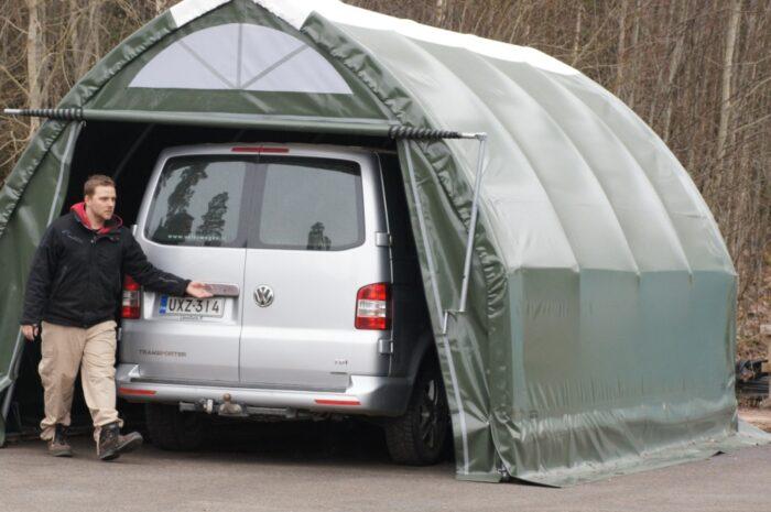 Myös pienempään PolarTalli Autotalliin mahtuu oikeakin pakettiauto